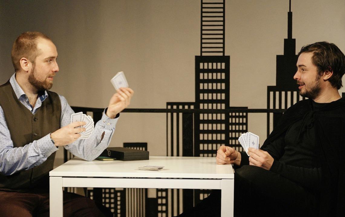 Zeitvertreib:  Dominik Berberich (links) und Max Färber      Foto: Barbara Zimmermann (Theater Harrys Depot)