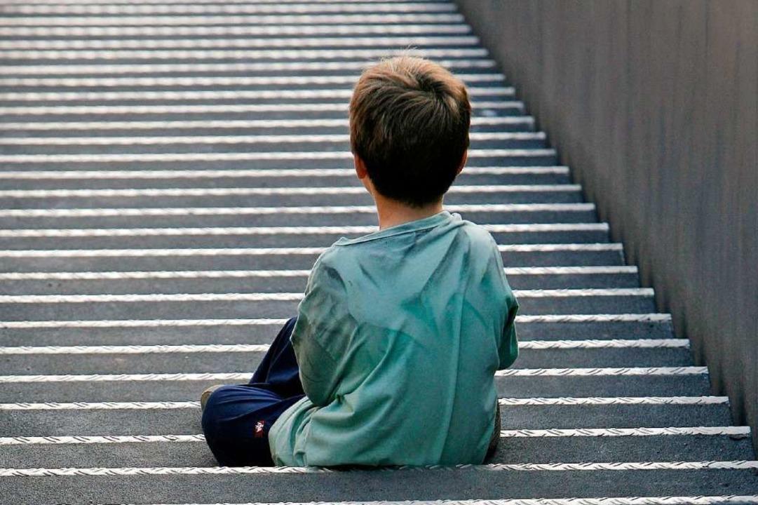Reform des Unterhaltsrechts: Ein kleiner Junge sitzt auf einer Treppe.   | Foto: dpa
