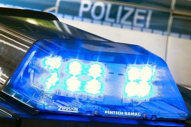 Auto landet auf der Wiese neben Schopfheimer Kreisel