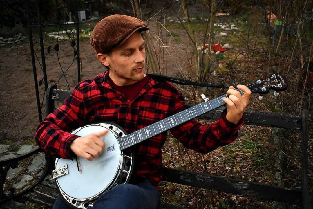 Mit Banjo und Mundharmonika spielt der...r Konzerte, sondern auch Straßenmusik.    Foto: Stefan Mertlik