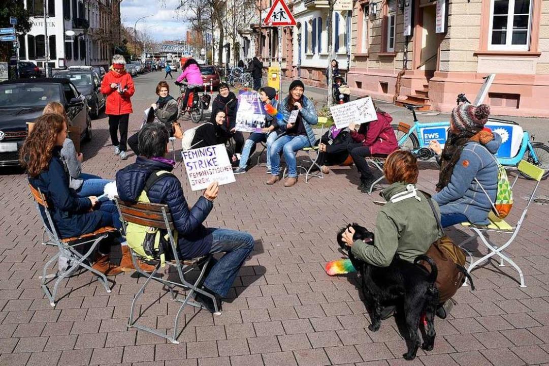Fünf Minuten Streik für Frauenrechte u...lhelmstraße/Belfortstraße in Freiburg.  | Foto: Thomas Kunz