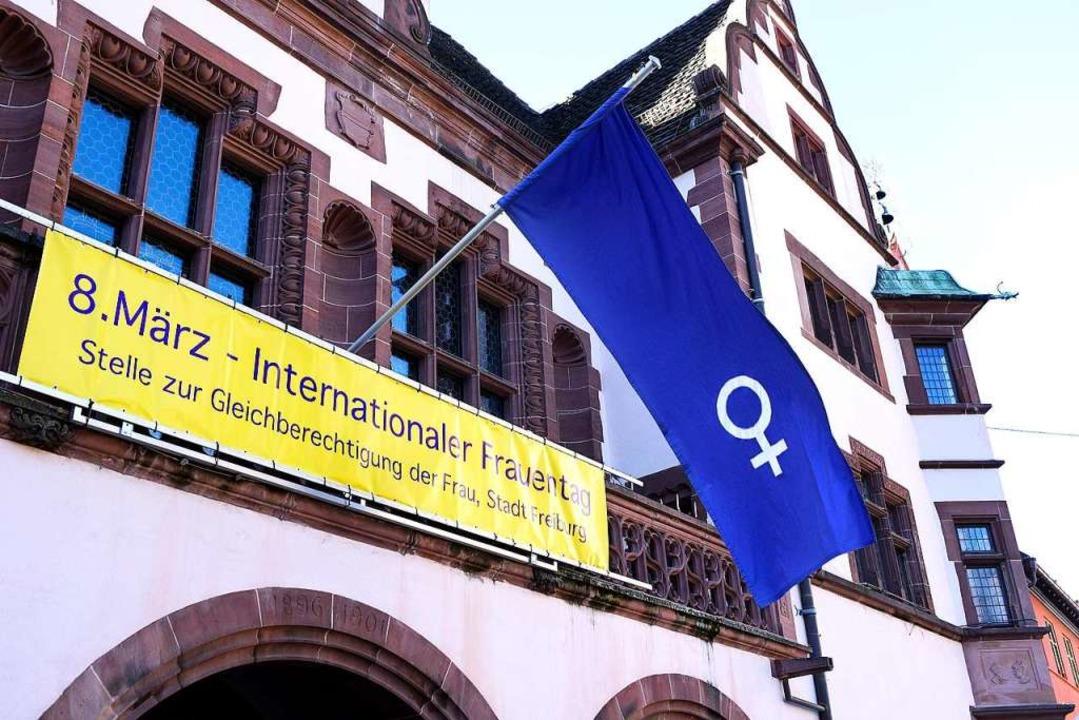 Das Rathaus zeigte Flagge für Frauen  | Foto: Thomas Kunz