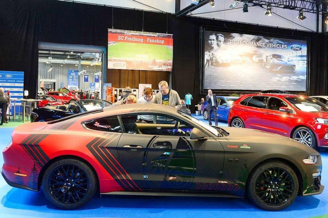 Für echte Fans: ein Ford Mustang in SC-Lackierung.  | Foto: Ingo Schneider
