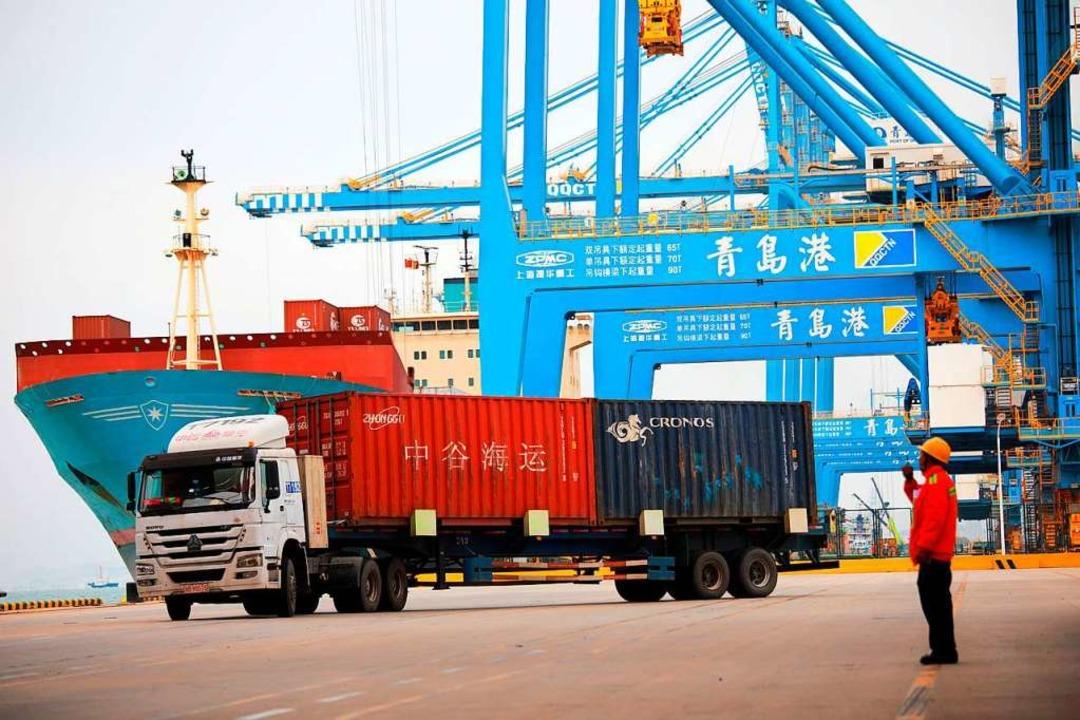 In einem chinesischen Hafen werden Container verladen.   | Foto: DPA