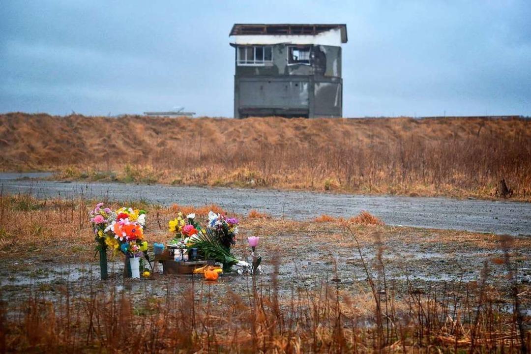 Wo einst Leben war, erinnern  Blumen a... Tag der Katastrophe vor acht Jahren.   | Foto: afp