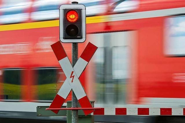 Lkw reißt Bahnschranke ab und fährt davon