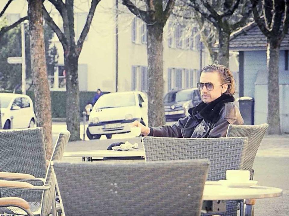 """""""Der Sheriff ist ein Cowboy, ein...; Hier im Café am Alten Wiehrebahnhof.    Foto: Screenshot"""