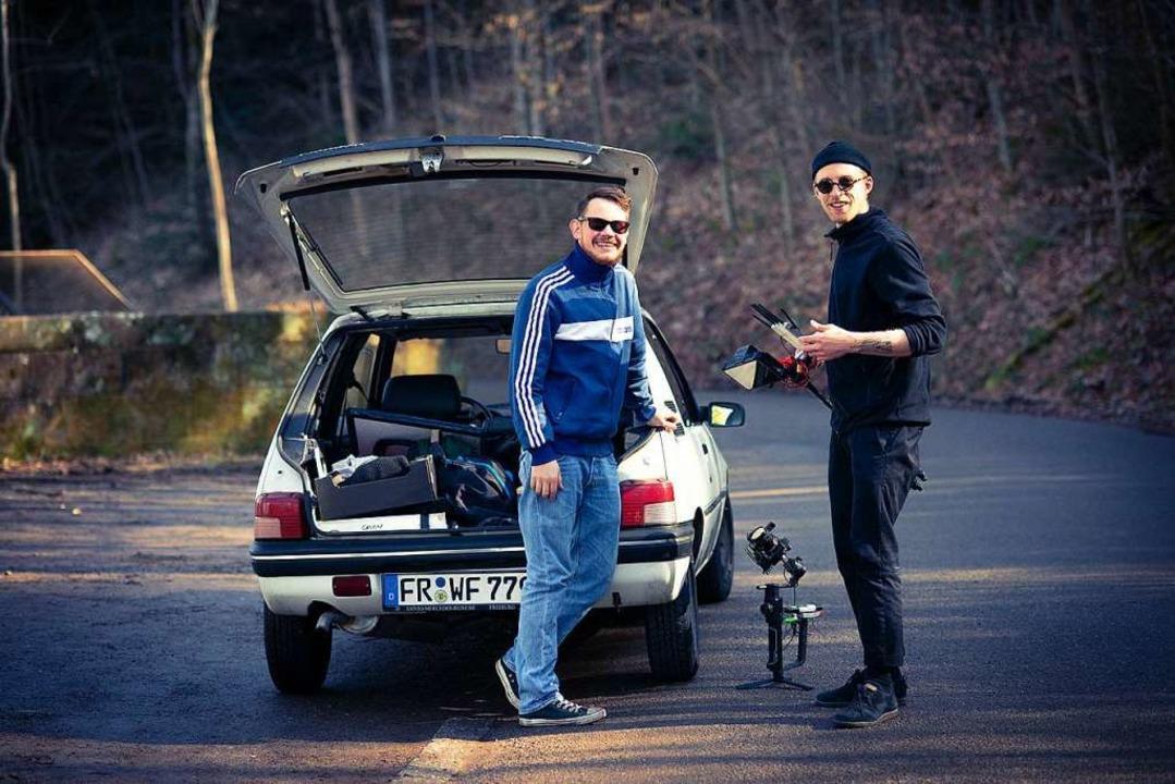 Kameraassistent Alexander Frank (rechts) und Fahrer Ruven.    Foto: Maximilian R. Schneider