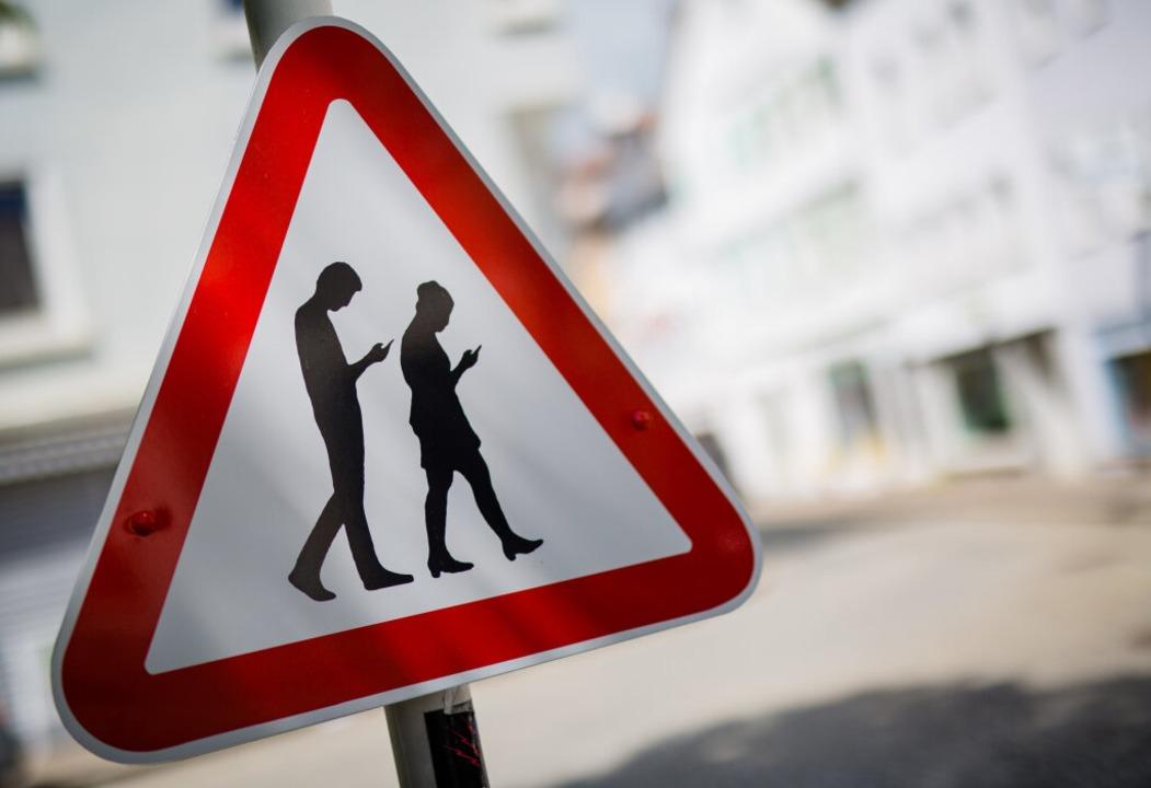 Ein Schild warnt in Reutlingen vor  &q...ufen und sich sowie andere gefährden.   | Foto: dpa