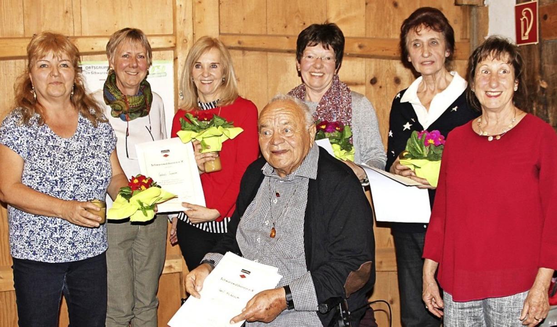 Langjährige Mitglieder wurden beim Sch... und Horst Kriechbaum (sitzend)  aus.   | Foto: Lucia van Kreuningen