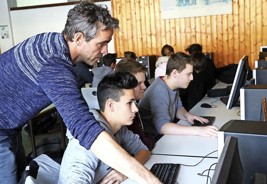 Techniklehrer Klaus Morath unterstützt...zlinge beim Programmieren am Computer.  | Foto: Martha Weishaar
