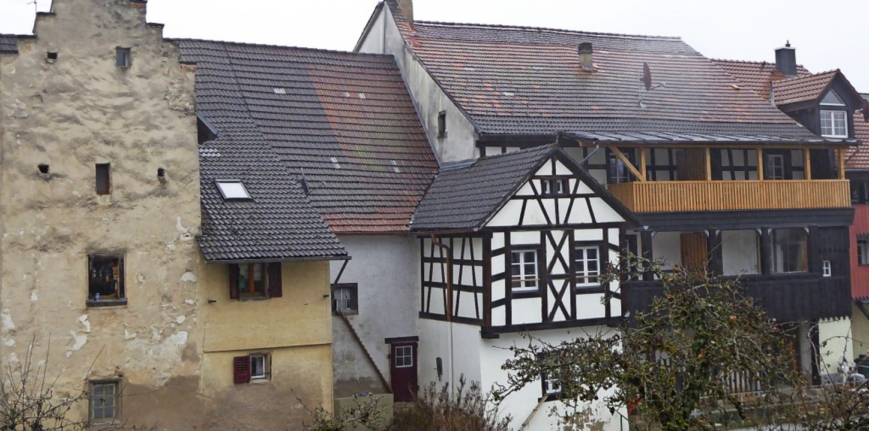 Das Haus Dankers mit dem markanten Weh...hend verschwundenen alten Stadtmauer.   | Foto: Edelgard Bernauer