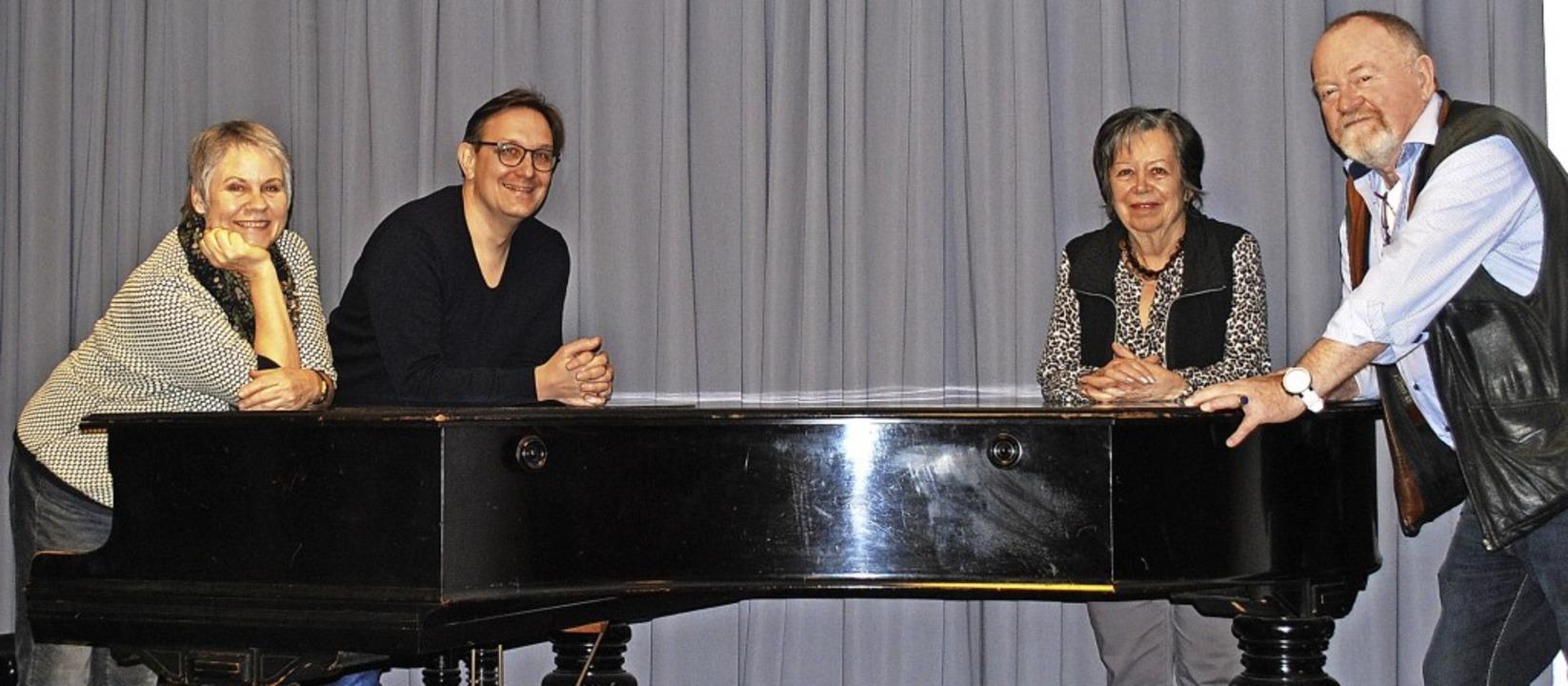 Bei der Vorbereitung für das Filmkonze...Evelyne und Roland Vetter (von links).  | Foto: Sylvia-Karina Jahn