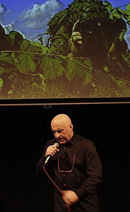 Moderator Martin Graff vor der Leinwand    Foto: franz