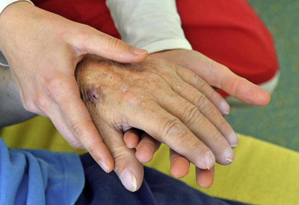Ein Pflegehelfer und eine Fachkraft sind im Löffinger Altenheim gesucht.     Foto: Uli Deck/dpa