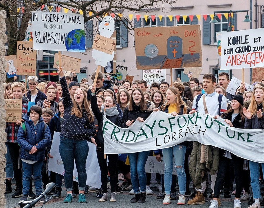 Viele Schülerinnen und Schüler  aus de...ersten großen Klimastreik in Lörrach.     Foto: Ansgar Taschinski
