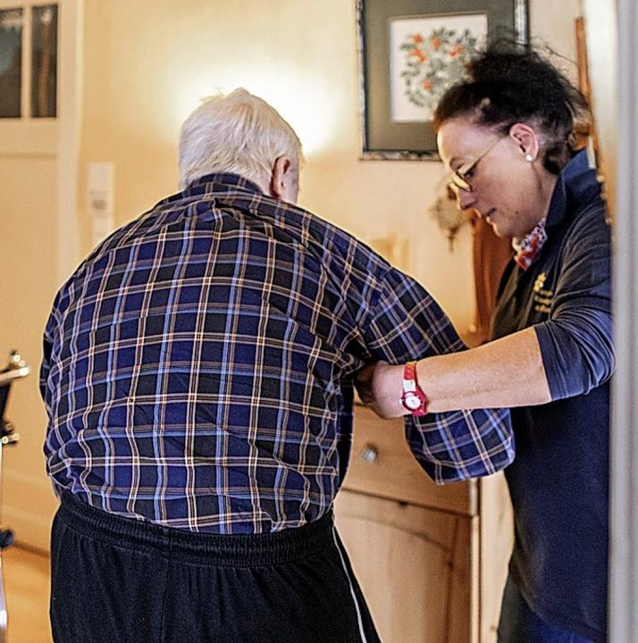 Der VdK fordert eine Besserstellung vo...die im Alter einer Betreuung bedürfen.    Foto: dpa