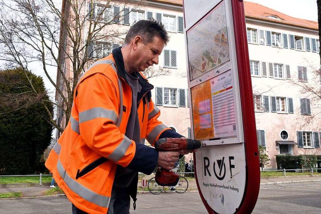 """VAG-Mitarbeiter Peter Hebenstreit wech...ühle"""" in der Haslacherstraße aus.    Foto: Thomas Kunz"""