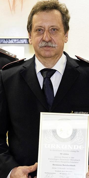 Abteilungskommandant Roland Wehrle (re...tiven Dienst in der Feuerwehr geehrt.   | Foto: Fotos: Gabriele Zahn