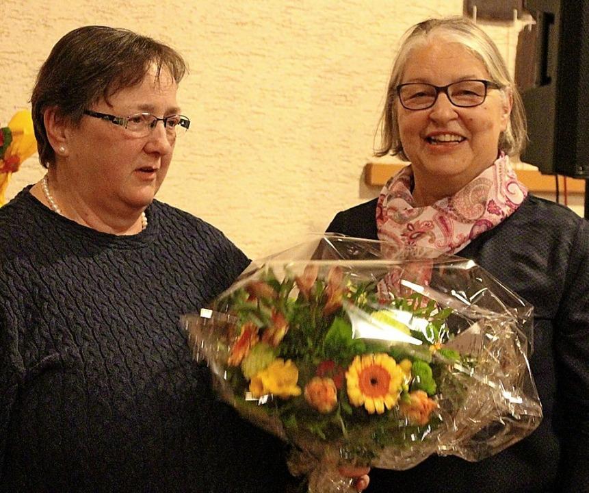 Für 35 Jahre als Pflegeschwester bekam...rgrit Herr ein Dankeschön mit Blumen.     Foto: Natascha Lapp