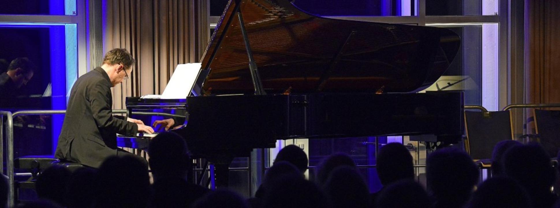 Am Klavier Florian Bischof, der das Mu...m des Eröffnungsabends mitgestaltete.     Foto: Ingo schneider