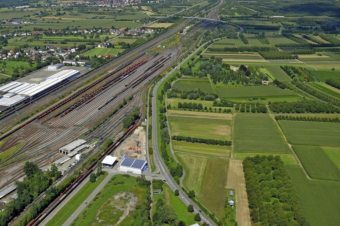 Ackerland und Obstwiesen prägen das Ar...neten Standort für ein Großklinikum.      Foto: Burgmaier