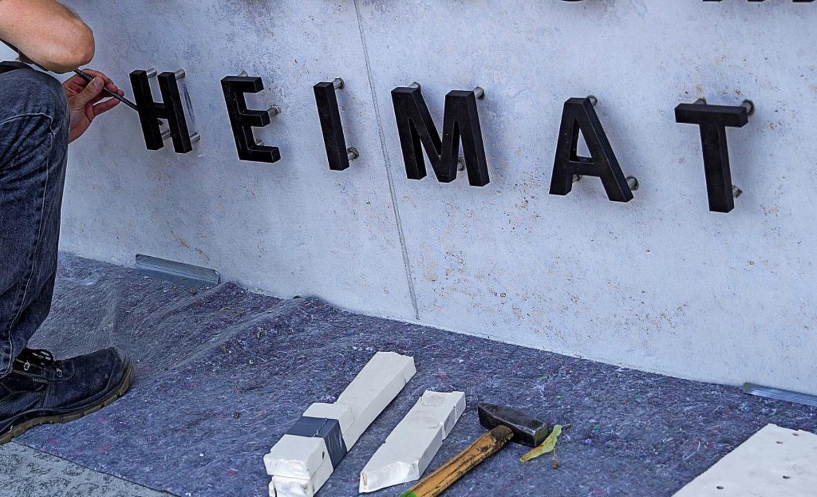 """Baustelle Heimat: Ein Handwerker befes...es Innern, für Bau und Heimat"""".     Foto: dpa"""
