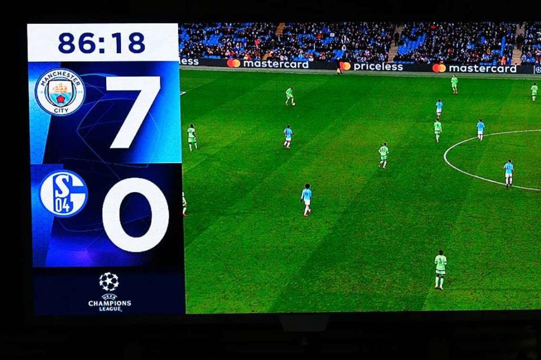 Kurz vor Spielschluss ist das Endergebnis von 7:0 auf der Anzeigetafel zu sehen.  | Foto: dpa