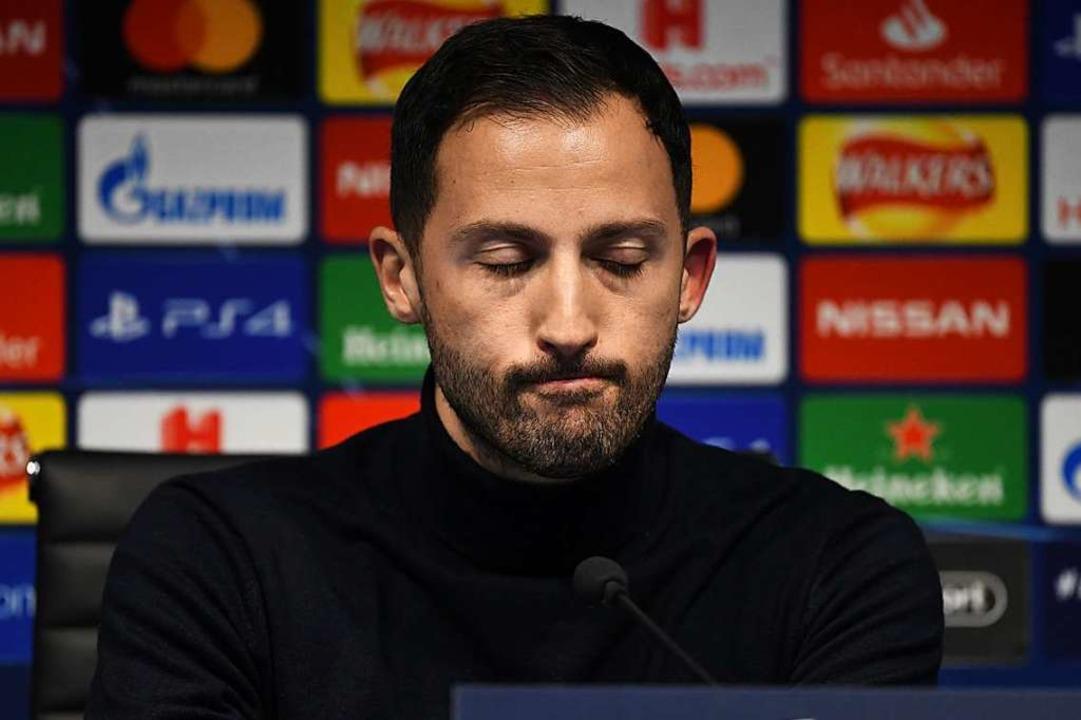 Trainer Domenico Tedesco von Schalke s...ach dem Spiel bei der Pressekonferenz.  | Foto: dpa