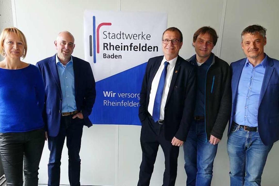 Vor dem neuen Logo der Stadtwerke steh...fer (Geschäftsführer Endura Kommunal).    Foto: Elena Borchers