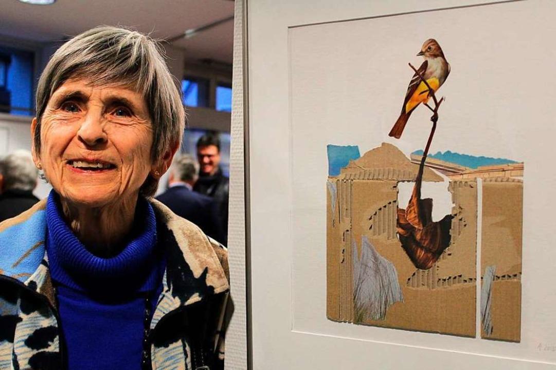 Ilse Altrogge neben ihrer Collage mit ...20; bei der Vernissage in Kirchzarten     Foto: Erich Krieger