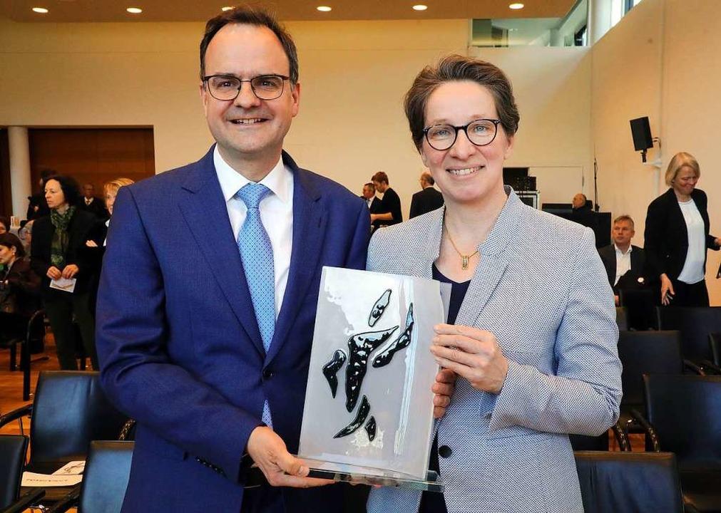 Die Eltern der getöteten Freiburger St...der deutschen Zeitungen in den Händen.  | Foto: dpa