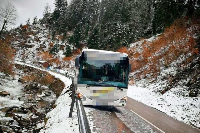 Bus kommt im Wehratal von Spur ab
