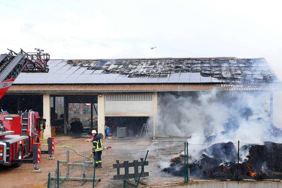Ein Raub der Flammen wurde eine landwirtschaftliche Lagerhalle in Boll.  | Foto: Stefan Limberger-Andris