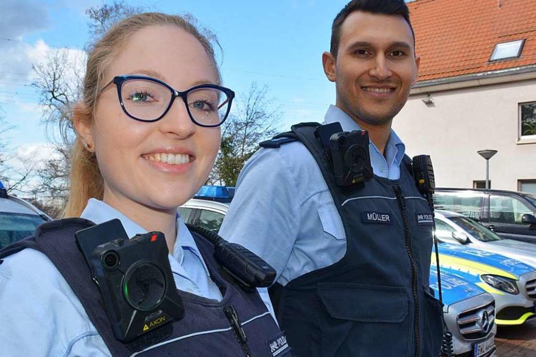 Polizeimeisterin Anike Loewen und Poli...as mehr Schutz in heiklen Situationen.    Foto: Hannes Lauber