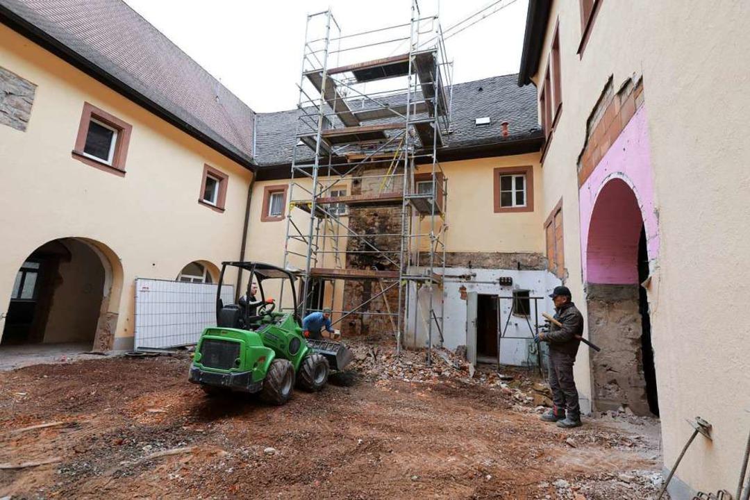 Überall Gerüste, herausgerissene Wände...utt – die Arbeiten kommen voran.  | Foto: Christoph Breithaupt