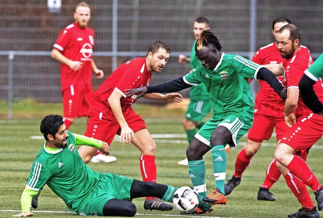 Lenzkirchs Fußballer (ganz in rot) sta...halbliegend) aus dem Tabellenkeller.    | Foto: wolfgang Scheu