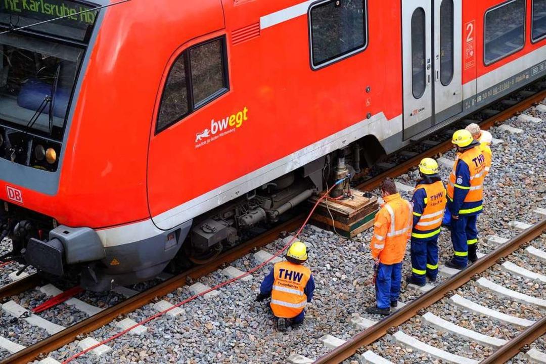 Unweit des Bahnhalts Gutach ist ein Re...t, den Zug wieder ins Gleis zu setzen.  | Foto: Wendelinus Wurth