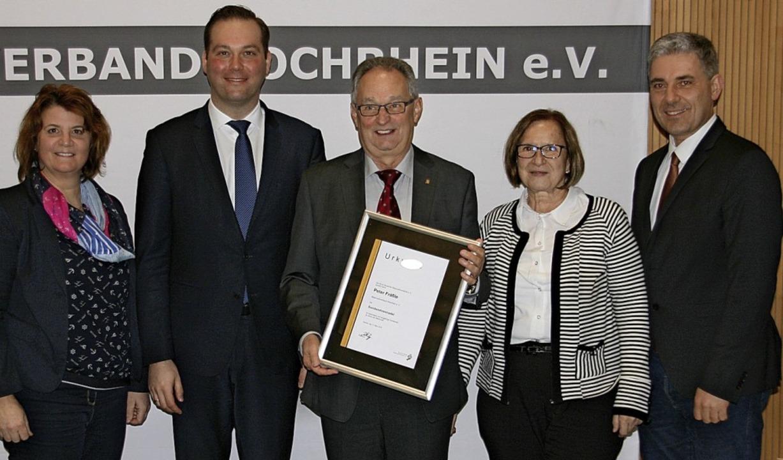 Urkunde für 34 Jahre Engagement (von l...r Fräßle mit Ehefrau Claudia (mitte).     Foto: Renner