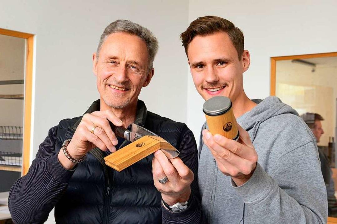 Otmar Horl (links) und Timo Horl mit ihrem Produkt  | Foto: Ingo Schneider