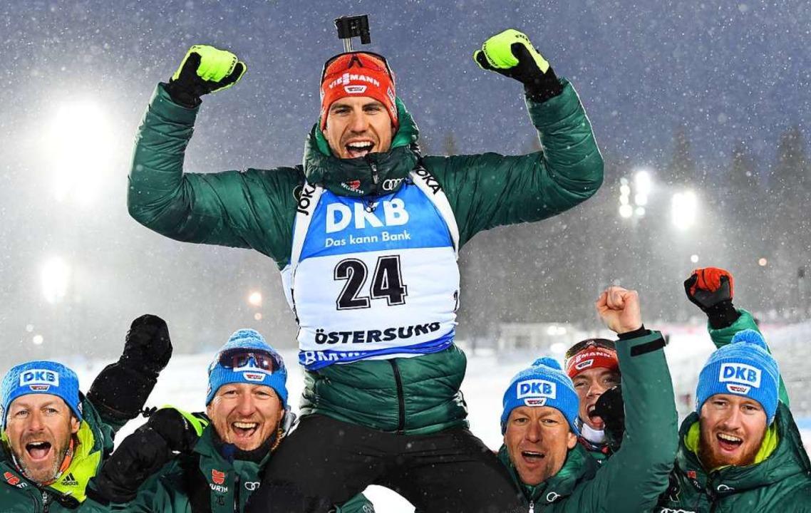 Weltmeister Arnd Peiffer, getragen von seinen Teamkameraden  | Foto: dpa