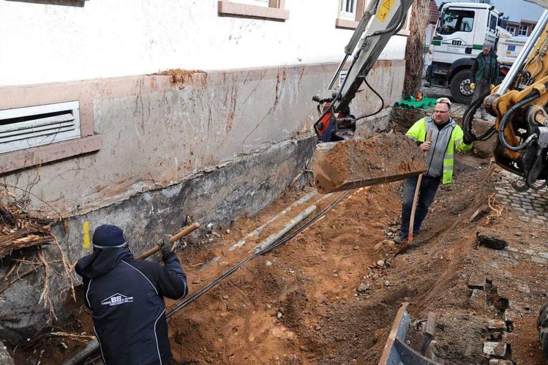 Derzeit wird die Grube für den zweiten Fluchtweg an der Museumswand ausgehoben.  | Foto: Privat