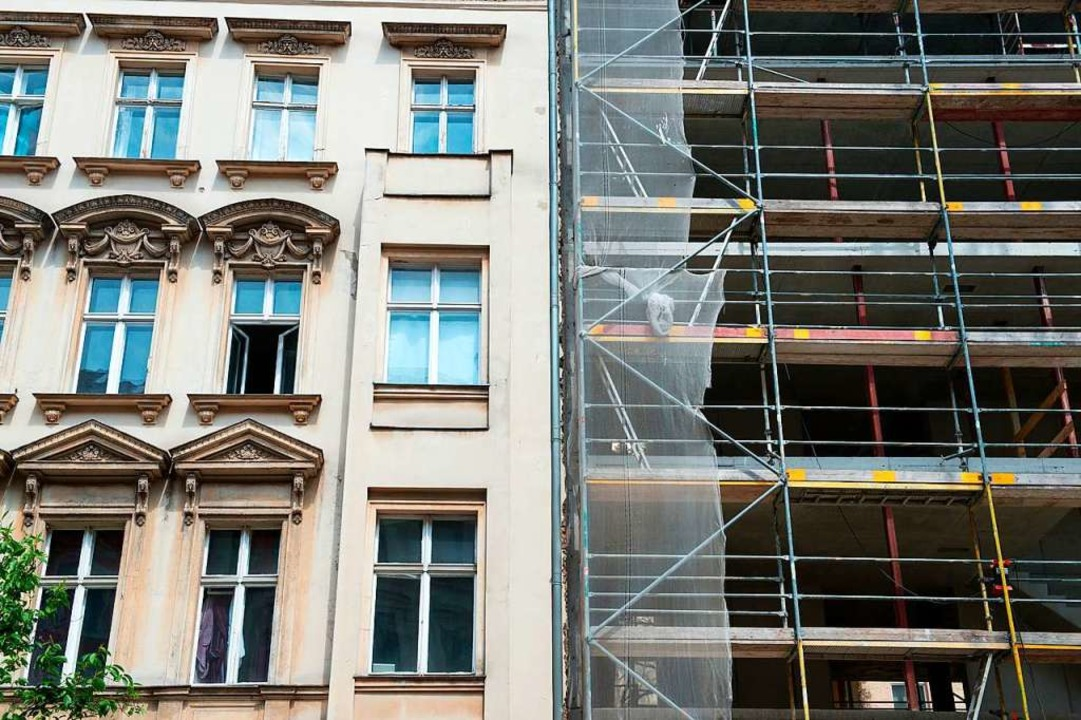 Blick auf einen Altbau und den Neubau eines Wohnhauses  | Foto: Bernd von Jutrczenka