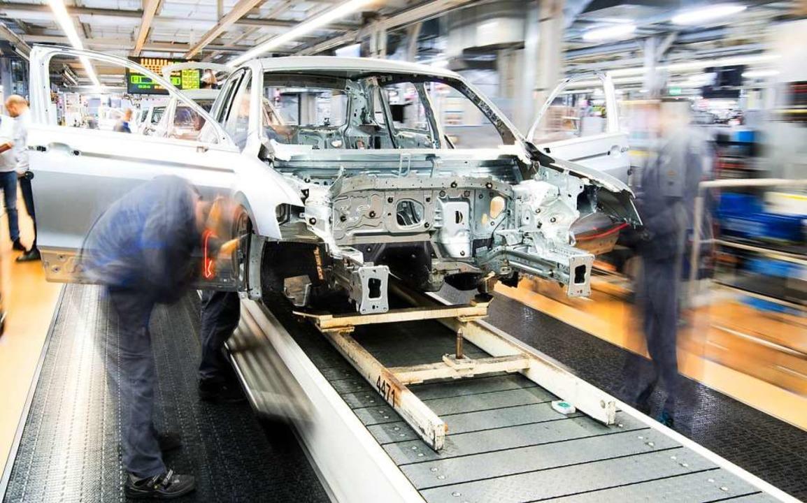 In der VW-Zentrale in Wolfsburg sollen...iarden in die E-Mobilität investieren.  | Foto: dpa