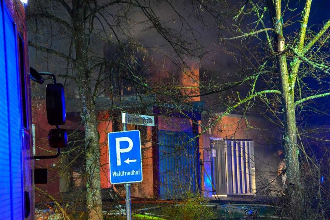 Rauch steigt beim Brand im Krematorium aus dem Gebäude auf.  | Foto: dpa