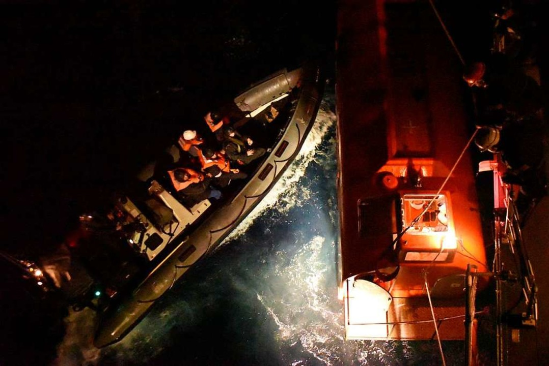 Rettungsaktion beim Untergang  | Foto: dpa