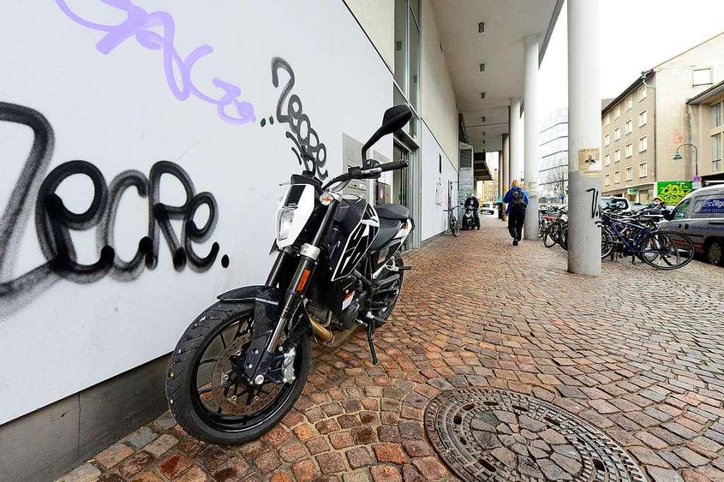 darf man unter arkaden sein motorrad parken oder nicht. Black Bedroom Furniture Sets. Home Design Ideas