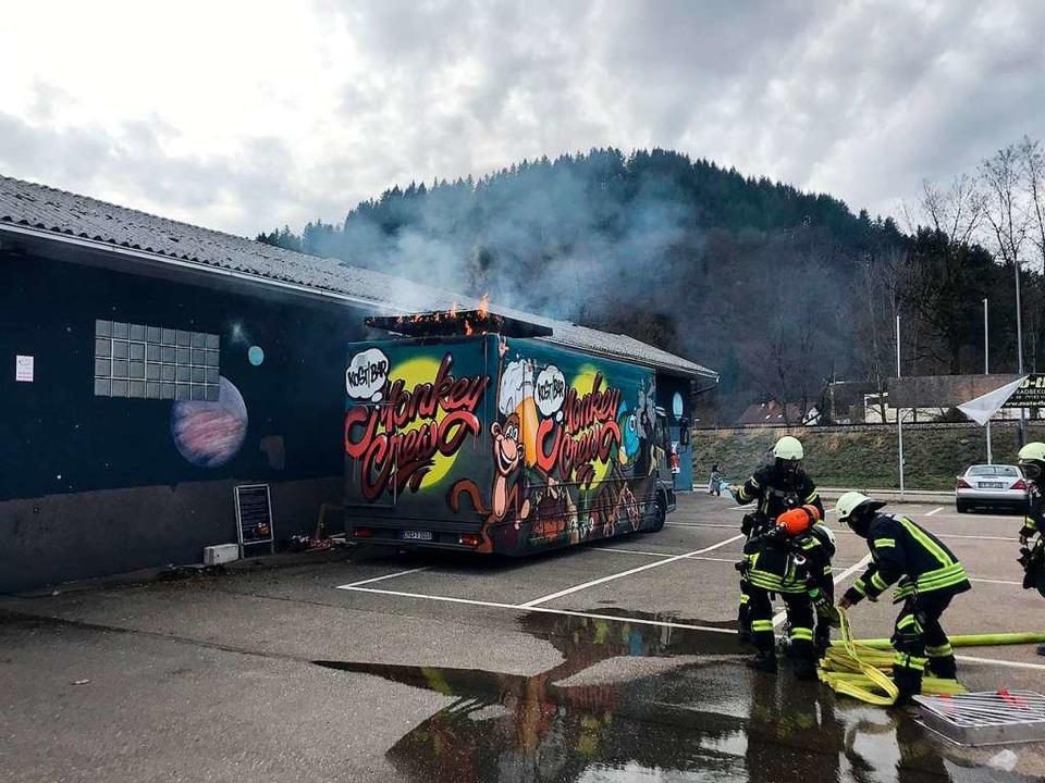 Gefährlich nah am Gebäude schlugen Flammen aus dem Dach des Imbisswagens.   | Foto: FFW