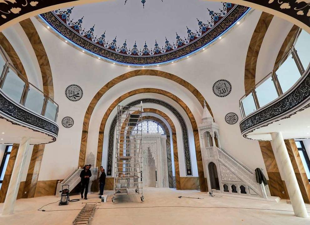 Der 13 Meter hohe Gebetsraum unter der...enen für Männer und Frauen unterteilt.  | Foto: Christoph Breithaupt