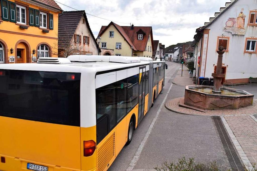Die Busse des Schienenersatzverkehrs f...t durch die Ortsmitte von Wasenweiler.  | Foto: Thomas Rhenisch